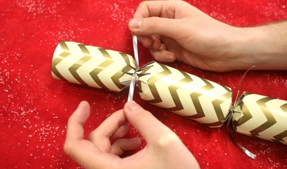 Cracker making swizzels step 5 using a second length of ribbon tie the other end of the cracker closed you can always curl the ends using scissors if you wish solutioingenieria